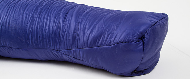 Sleeping bag with contoured footbox